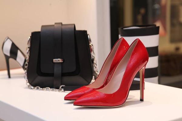 佩戴高跟鞋可以严重损害工作场所性能